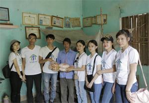 Các tình nguyên viên đến thăm hỏi, tặng quà gia đình anh Đinh Văn Thiết, xóm Cang 2, xã Hòa Bình (TP Hòa Bình).