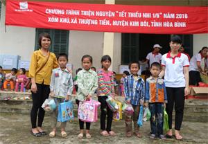 Đại diện CLB Thiện nguyện Hoà Bình tặng quà các em học sinh lớp tiểu học xóm Khú, xã Thượng Tiến (Kim Bôi).