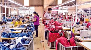 Cán bộ Trung tâm Y tế dự phòng tỉnh đo, kiểm tra môi trường lao động  tại Công ty cổ phần may XNK SMA VINA Việt - Hàn (thành phố Hoà Bình).