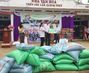 Nhóm từ thiện Thiện Vi (Hà Nội) trao bảng biểu trưng phần quà trị giá 20 triệu đồng cho xã Kim Truy.