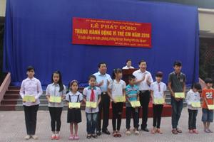 Đồng chí Bùi Căn Cửu, Phó Chủ tịch UBND tỉnh trao học bổng của Quỹ Bảo trợ trẻ em cấp tỉnh cho trẻ em có hoàn cảnh khó khăn.