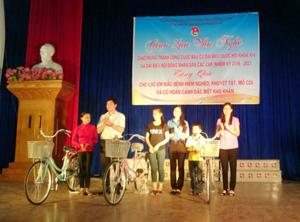 Đại diện lãnh đạo Huyện đoàn Lạc Sơn trao tặng xe đạp cho trẻ mồ côi.