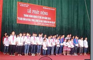 Lãnh đạo UBND huyện Kỳ Sơn trao quà Quỹ bảo trợ trẻ em cho học sinh có hoàn cảnh khó khăn.