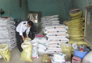 Đoàn kiểm tra kiên ngành thực hiện kiểm tra hoạt động kinh doanh thuốc thú y và chất cấm trên địa bàn huyện Lạc Thủy.