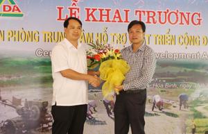 Lãnh đạo Sở Ngoại vụ tặng hoa chúc mừng Trung tâm Hỗ trợ phát triển cộng đồng tỉnh Hòa Bình.