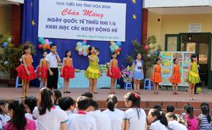 """Các em thiếu nhi vui liên hoa văn nghệ tại chương trình """"Vui Tết Thiếu nhi"""" Nhà Văn hóa tỉnh 2016."""