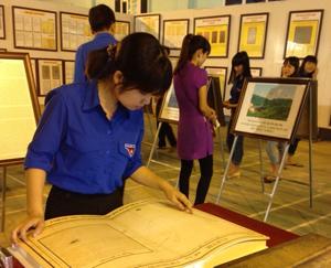 ĐVTN huyện Lạc Sơn nghiên cứu tìm hiểu các tư liệu khẳng định chủ quyền của Việt Nam trên quần đảo Trường Sa.