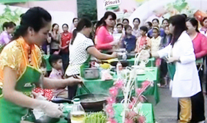 BTC chấm điểm và tư vấn dinh dưỡng cho các bà mẹ tham gia hội thi.