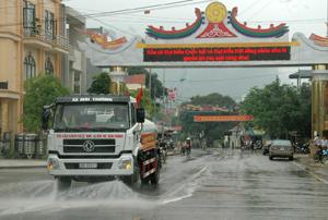 Sau lễ phát động, Công ty vệ sinh môi trường đã tiến hành rửa đường khu vực trung tâm huyện.