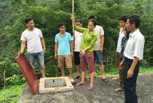 Bể chứa nước với lượng bùn dày 30 cm như minh chứng những bất an  của bà con xã Quy Hậu (Tân Lạc) về nguồn nước.