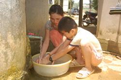 Người dân xóm Khang, xã Tân Mỹ sử dụng nguồn nước sạch do Nhà nước đầu tư