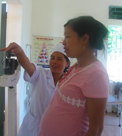 Cán bộ dinh dưỡng xã Phú Minh (Kỳ Sơn) theo dõi, chăm sóc phụ nữ mang thai