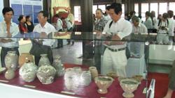 Cuộc triển lãm thu hút khá đông người quan tâm