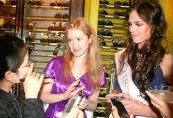 Hoa hậu Nga 2010 Irina Antonenko (bìa phải) đang trả lời phỏng vấn của PV