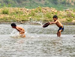 Mùa hè trẻ thường đi tắm sông, suốt nguy cơ dẫn đến đuối nước