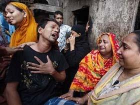 Khóc người thân thiệt mạng trong vụ cháy lớn ở Dhaka.