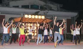 Các nghệ sĩ đoàn nghệ thuật đường phố Le Siphon Cosmique (Pháp) cùng các diễn viên là học sinh trường Nguyễn Trãi đang tập luyện. Ảnh: Đăng Khoa
