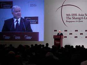 Bộ trưởng Quốc phòng Mỹ Robert Gates phát biểu tại cuộc gặp Đối thoại Shangri-La, hôm 5-6.
