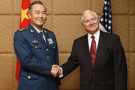 Trưởng Quốc phòng Hoa Kỳ Robert Gates (phải) và Phó Tổng tham mưu trưởng Quân đội Trung Quốc Mã Hiểu Thiên tại Singapore.
