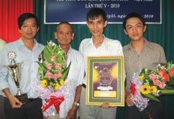 Nhóm tác giả phim tài liệu Đời võ tại lễ trao giải.