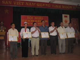 Tại hội nghị sơ kết, tập thể chi hội xóm Chiềng và 5 cá nhân xuất sắc trong công tác phòng chống HIV của 2 chi hội được tỉnh Hội tặng giấy khen.