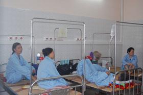 Sinh hoạt của người bệnh bị xáo trộn do tình trạng mất điện, nước kéo dài.