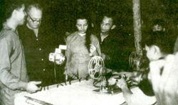 Nhà báo Wilfred Burchett (thứ hai từ trái) và Madeleine Riffaud (thứ ba từ trái) thăm Xưởng phim Giải phóng năm 1965