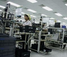 Những nhà máy lớn mang tính sản xuất thực sự chủ yếu là của DN 100% vốn đầu tư nước ngoài (trong ảnh là nhà máy sản xuất ĐTDĐ Samsung tại VN).