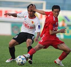 """Tiền đạo ĐTVN Nguyễn Việt Thắng (trái) khá """"đắt sô"""" mùa World Cup."""