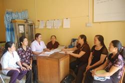 Trạm y tế thị trấn Cao Phong thường xuyên tổ chứcgiao ban với y tế thôn bản để nắm tình hình sức khỏe của nhân dân