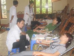 Cán bộ CNVC, lực lượng vũ trang huyện Kỳ Sơn tham gia hiến  máu tình nguyện