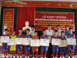 Lãnh đạo Sở GD&ĐT trao giấy khen cho các VĐV và HLV đội tuyển bóng đá TH tỉnh giành giải nhất khu vực I