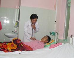 Các bác sĩ kiểm tra sức khỏe cho bệnh nhân Quách Văn Huyền.