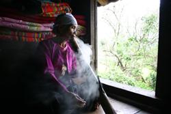 Hút thuốc lá, thuốc lào là thói quen khó bỏ của một bộ phận người dân.