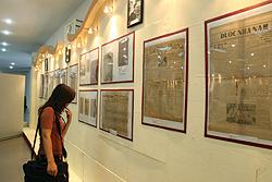 Khách xem triển lãm báo xưa tại Thư viện Hà Nội