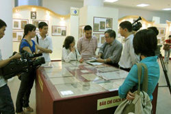 Triển lãm thu hút sự quan tâm của các nhà nghiên cứu Lịch sử, Văn học và Báo chí.