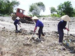 Xã viên tổ hợp VSMT Lương Sơn xử lý thu gom rác thải góp phần giữ gìn vệ sinh môi trường xanh sạch đẹp