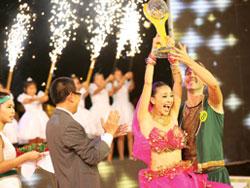 Cặp đôi Ngô Thanh Vân - Tisho nhận Cúp vàng