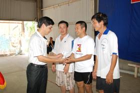 Đồng chí Đinh Ổn, Tổng Biên tập Báo Hòa Bình trao giải cho các VĐV nhất, nhì, ba bóng bàn đơn nam.