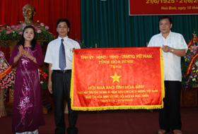 Đồng chí Hoàng Việt Cường, Bí thư Tỉnh ủy, Chủ tịch HĐND tỉnh trao bước trướng cho Hội Nhà báo tỉnh