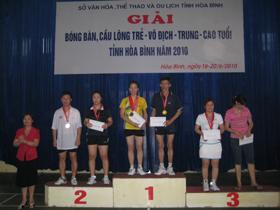 Bà Hoàng Thị Chiển, GĐ Sở VH - TT&DL trao giải cho các VĐV thi đấu nội dung đôi nam nữ ở độ tuổi từ 36 - 48 tuổi.