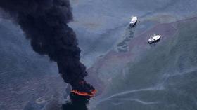 Đốt dầu loang trên mặt biển vịnh Mexico.