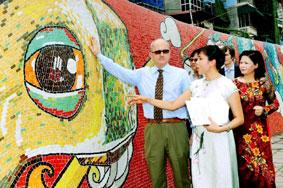 Hoạ sĩ Nguyễn Thu Thuỷ và Ngài Đại sứ Italia Andrea Perugini tại đoạn tranh vừa mới hoàn thành chiều 22-6