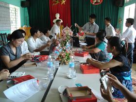 Cán bộ Chi nhánh Viettel tại Hòa Bình hướng dẫn kỹ thuật sử dụng Internet 3G cho giáo viên các trường huyện Yên Thủy.