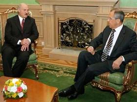 Tổng thống Belarus Alexander Lukashenko (trái) và Ngoại trưởng Nga Sergei Lavrov hội đàm tại Minsk hôm 22-6.