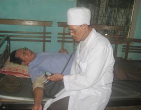 Đối tượng chính sách huyện Yên Thuỷ được khám bệnh,  cấp thuốc miễn phí.