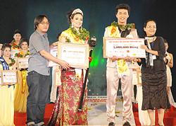 Trao giải tại cuộc thi Ngôi sao điện ảnh triển vọng 2010.