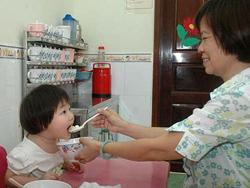 Cho trẻ ăn cần phải đủ số lượng lẫn chất lượng.