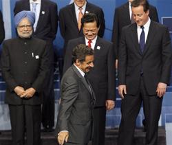 Thủ tướng Nguyễn Tấn Dũng (giữa hàng 2) chụp ảnh chung với các nhà lãnh đạo tham gia hội nghị ngày 27/6, bên trái là Thủ tướng Ấn Độ Manmohan Singh, và bên phải là Thủ tướng nước chủ nhà Canada Stephen Harper, trong khi phía trước ông là Tổng thống Pháp Sarkozy.