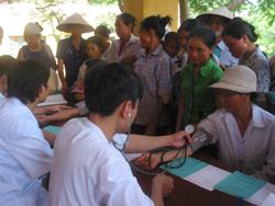 Các bác sĩ Bệnh viện Đa khoa tỉnh khám bệnh cho nhân dân xã Tu Lý